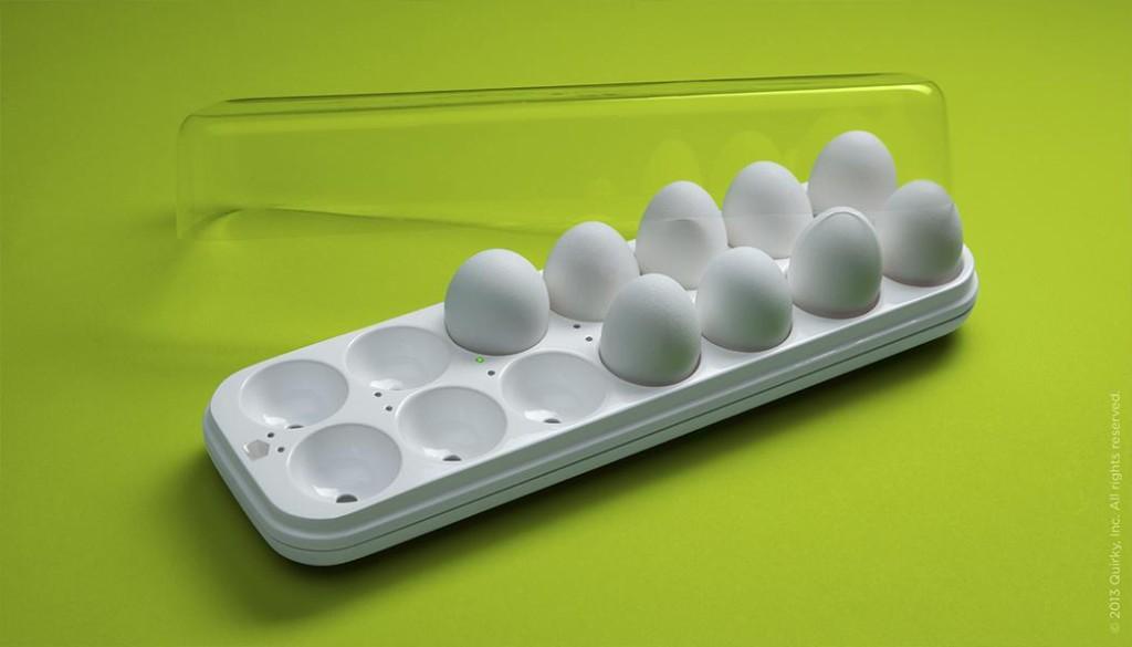 外出中でも家にある卵の数と鮮度を確認できてしまう!?超便利なトレイ「Egg Minder」