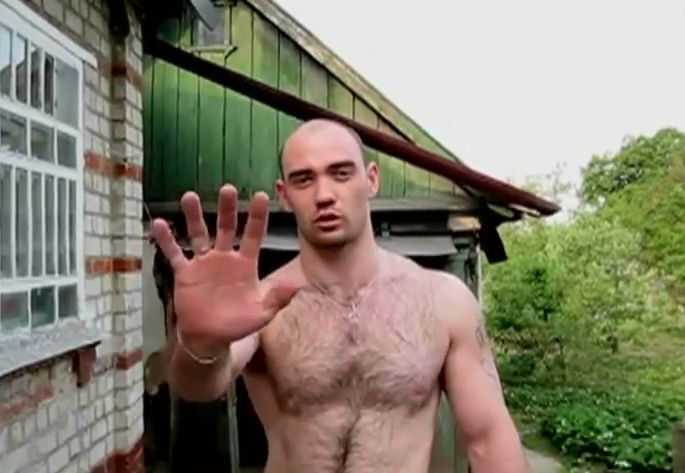 手で釘を打つロシア人男性の動画が話題!