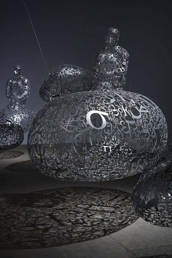 [Todays Art] 9ヶ国語の文字をステンレススチールにした彫刻!!
