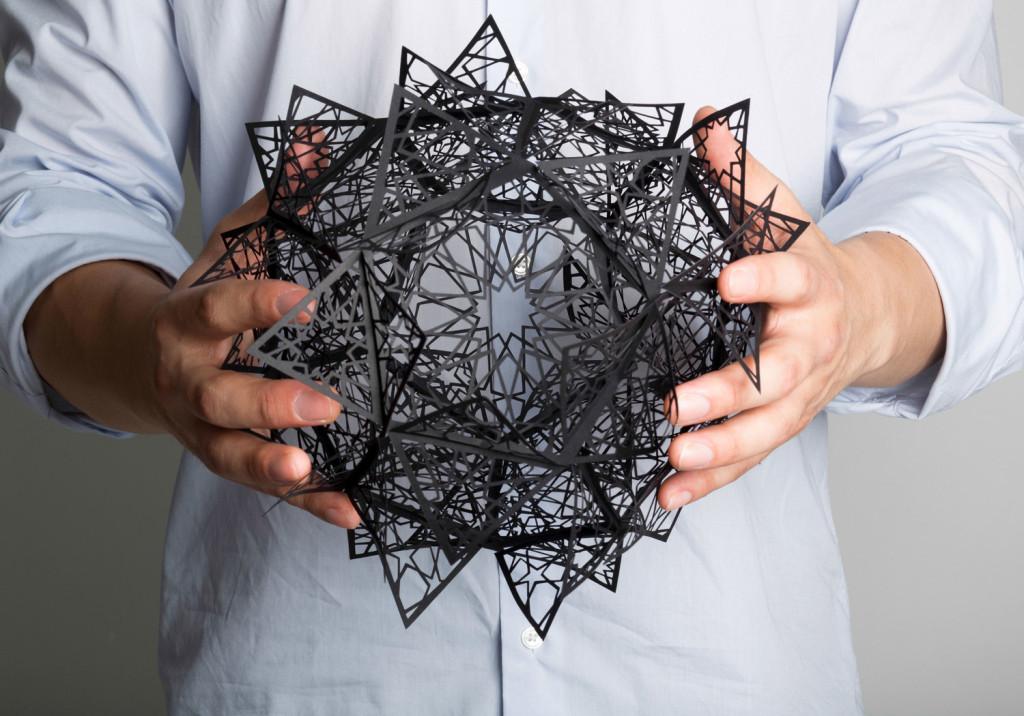華やかに紙を切りオブジェ風に完成するアート