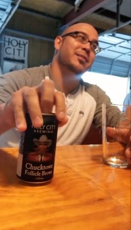 スキンヘッドだからこそ出来る面白いビールの注ぎ方!