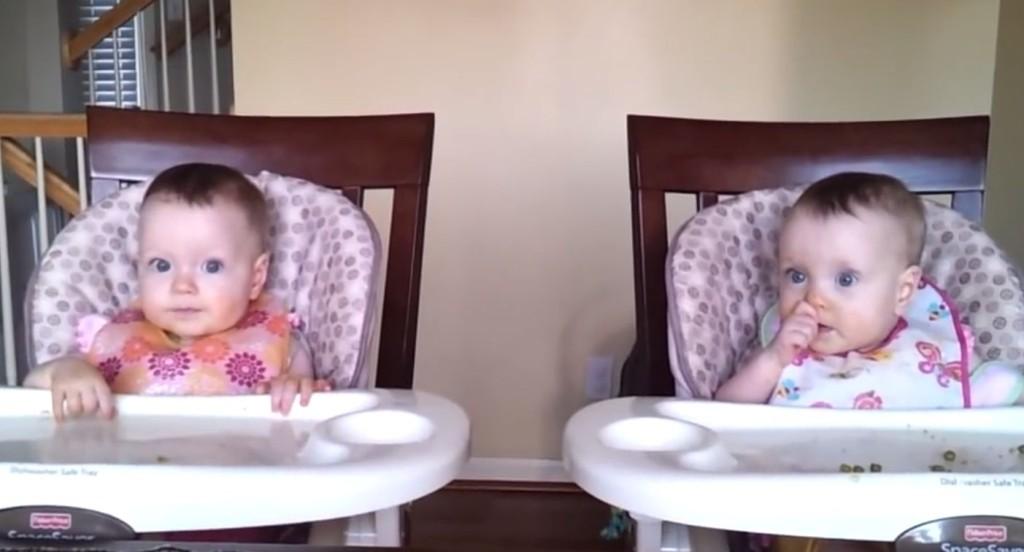 さすが双子!パパのギターに合わせて踊る双子の赤ちゃんの動きが話題