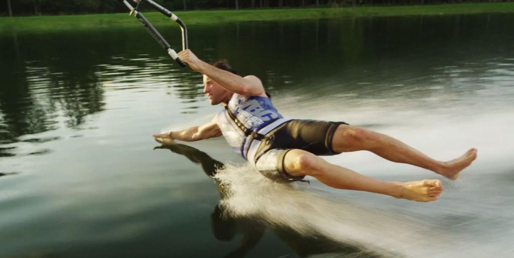 ウェイクボードならぬ「素足スキー」が海外で話題!この夏挑戦してみては?!