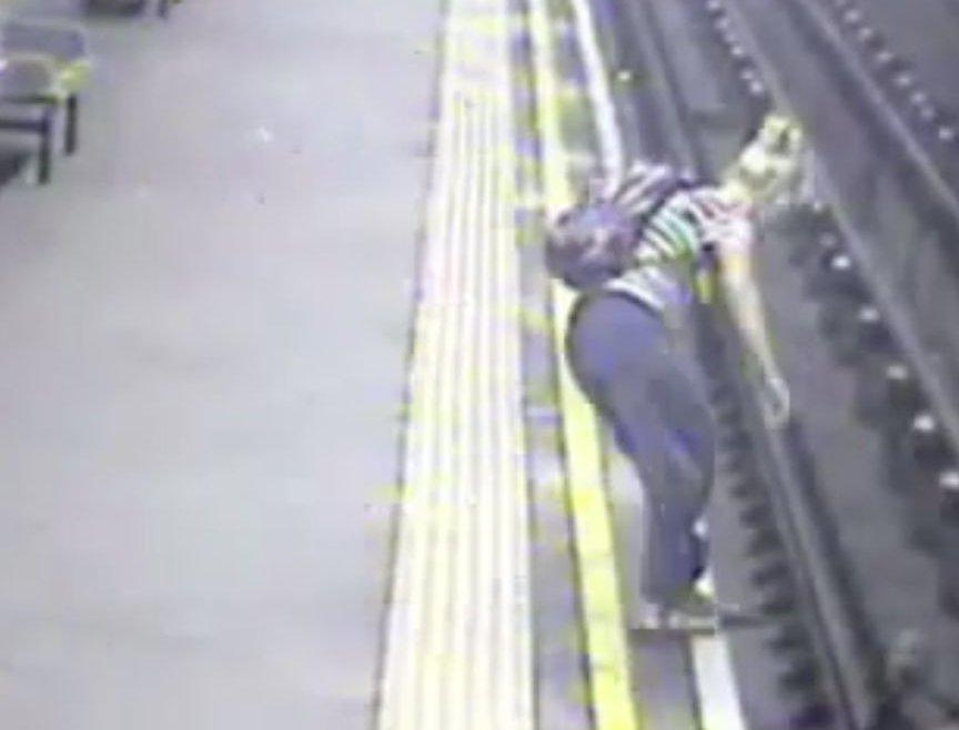 まさに九死に一生!線路に落ちてしまったベビーカーを母親が救出するまでの奇跡のタイミング!