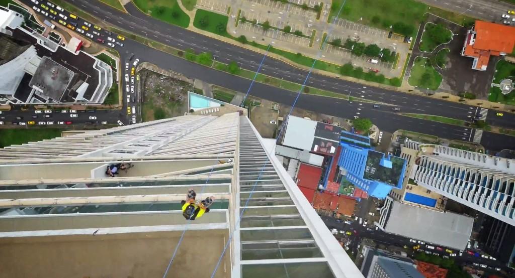 高所恐怖症の方は閲覧注意!超高層ビルからのジャンプ!