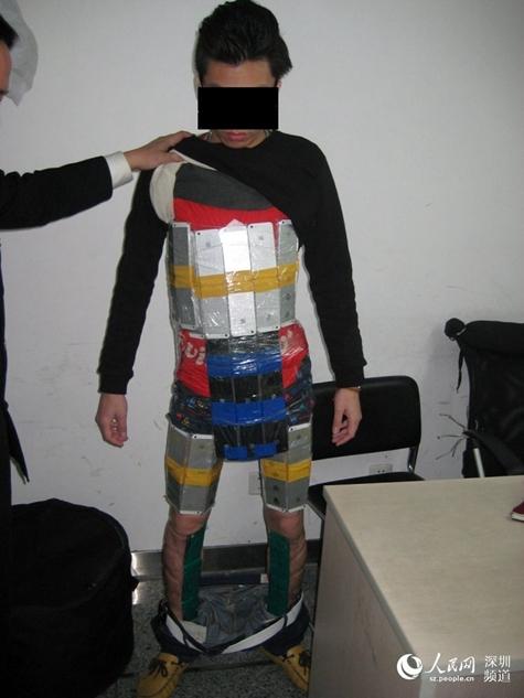 94個のiPhoneを体に巻きつけて密輸入を試みるも失敗(中国)